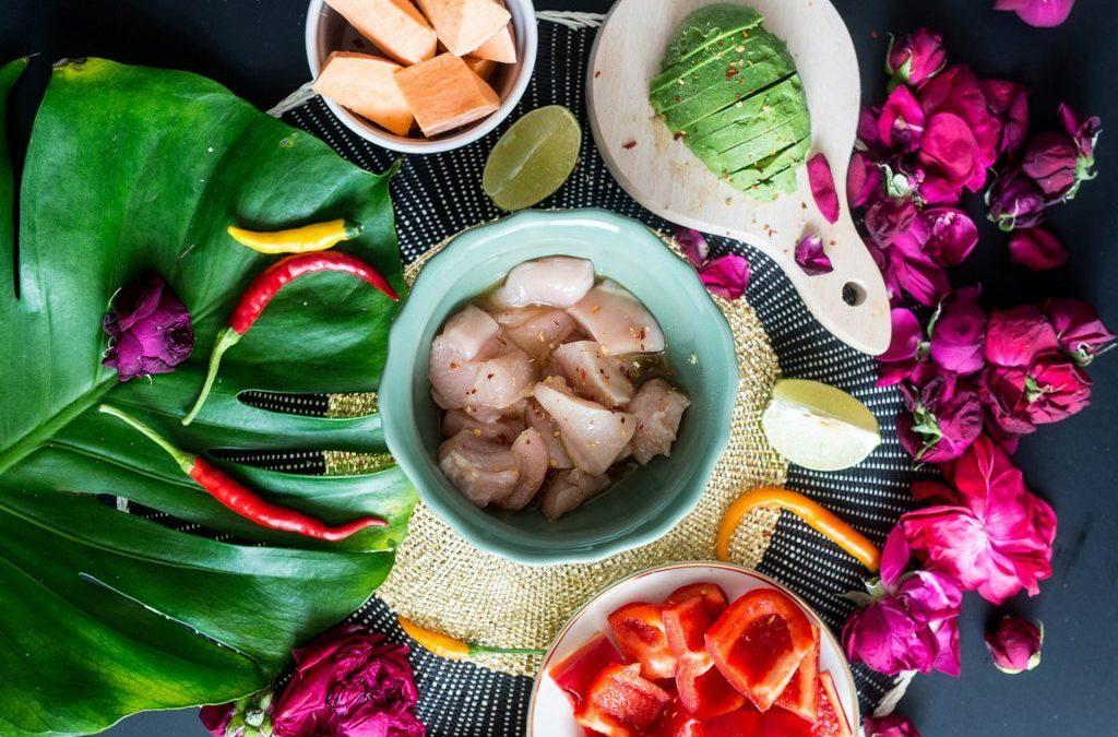 Grillowany kurczak miodowo - limonkowy z batatami i salsą z awokado