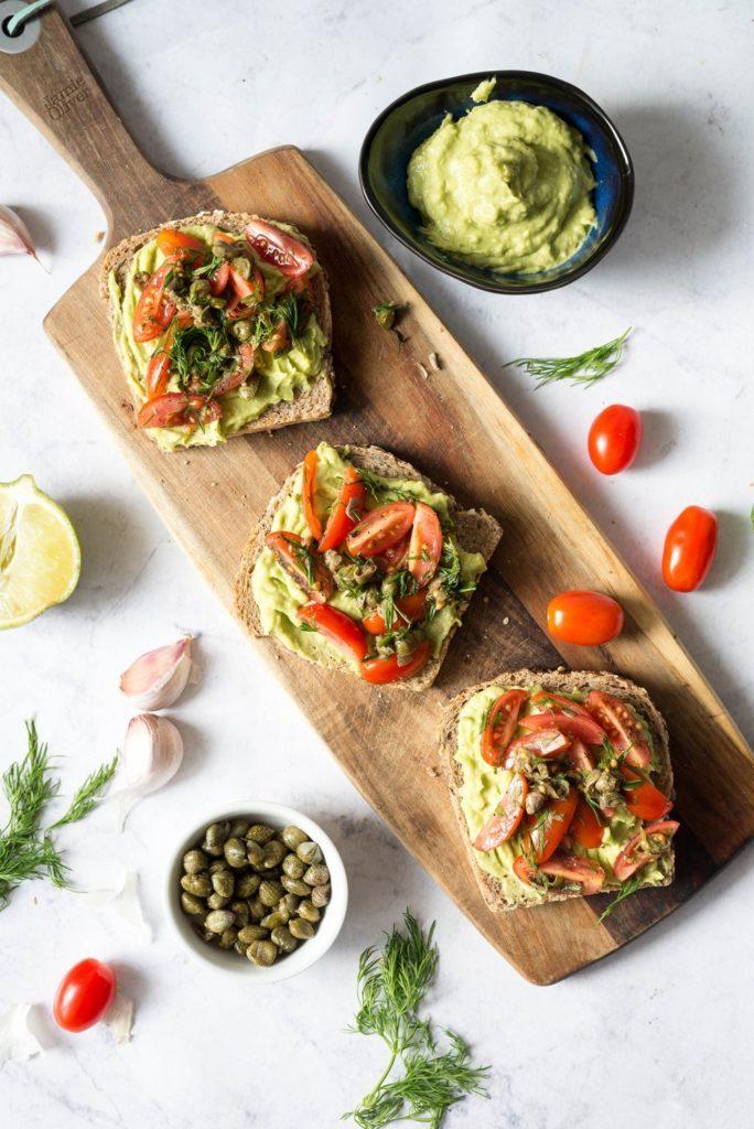 Tosty z pastą z awokado i salsą pomidorową