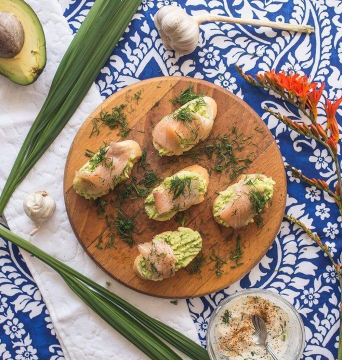 Chrupiące grzanki z bagietki z guacamole i wędzonym łososiem 2