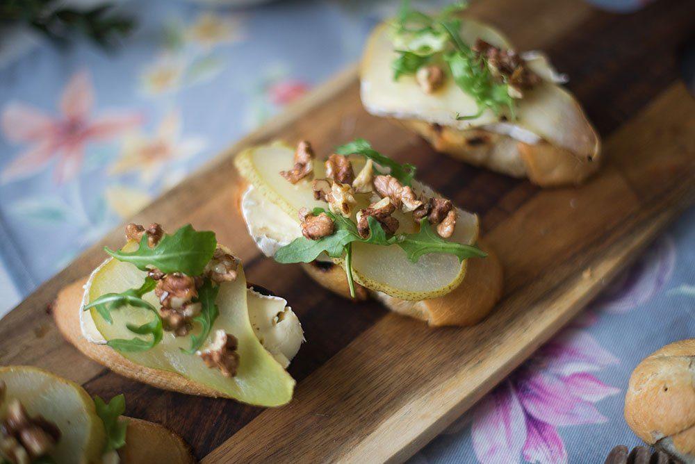 Grzanki z gruszką, z serem pleśniowym i orzechami