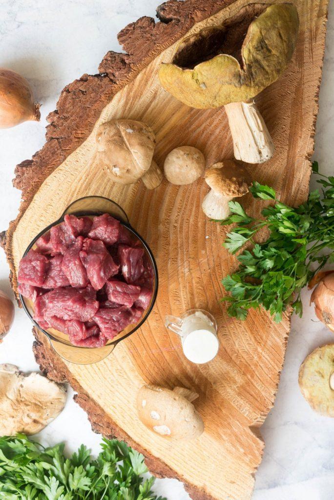Placki ziemniaczane z sosem grzybowym i gulaszem wieprzowym