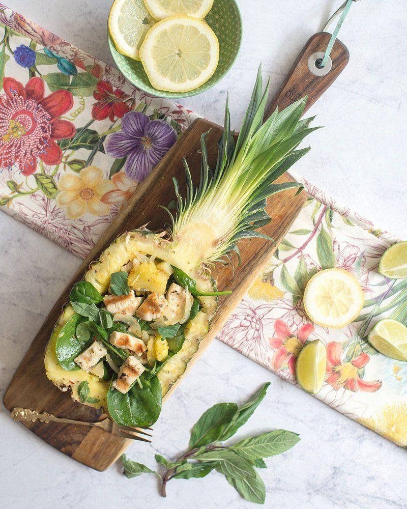 Pyszna sałatka z ananasem, szpinakiem i miętą wspomagająca odchudzanie