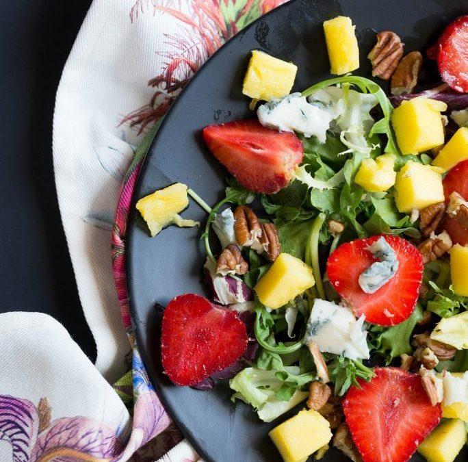 Sałatka owocowa z truskawkami mango i gorgonzolą Idealna dla zabieganych miłośniczek smaku 4