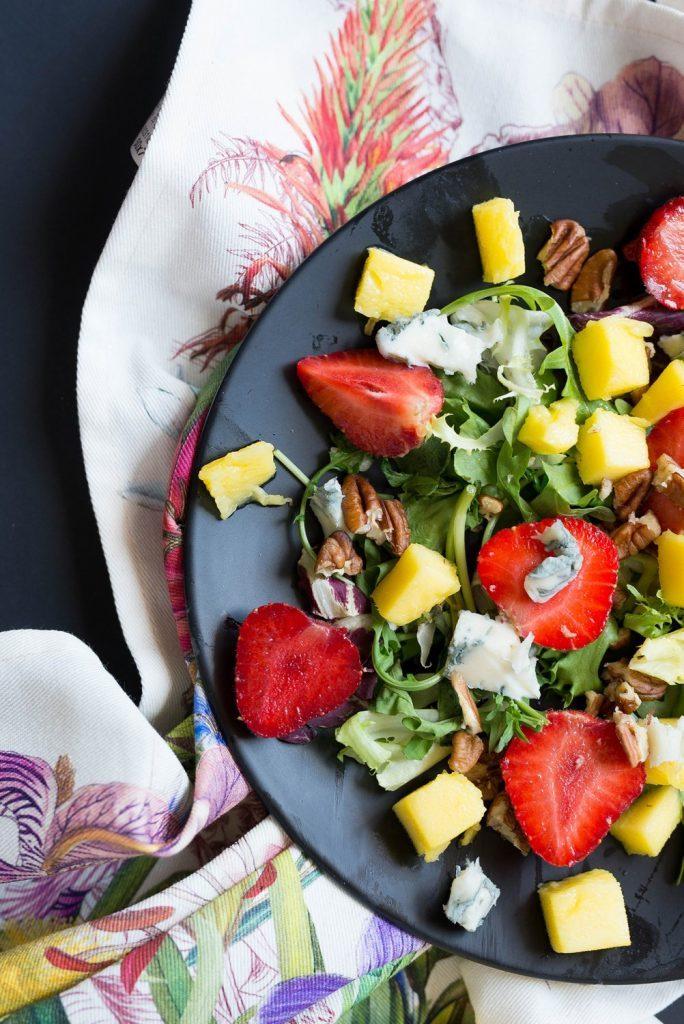 Sałatka owocowa z truskawkami, mango i gorgonzolą