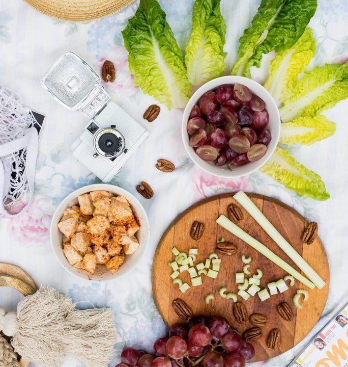 Sałatka z kurczakiem i czerwonymi winogronami idealna na piknik 3