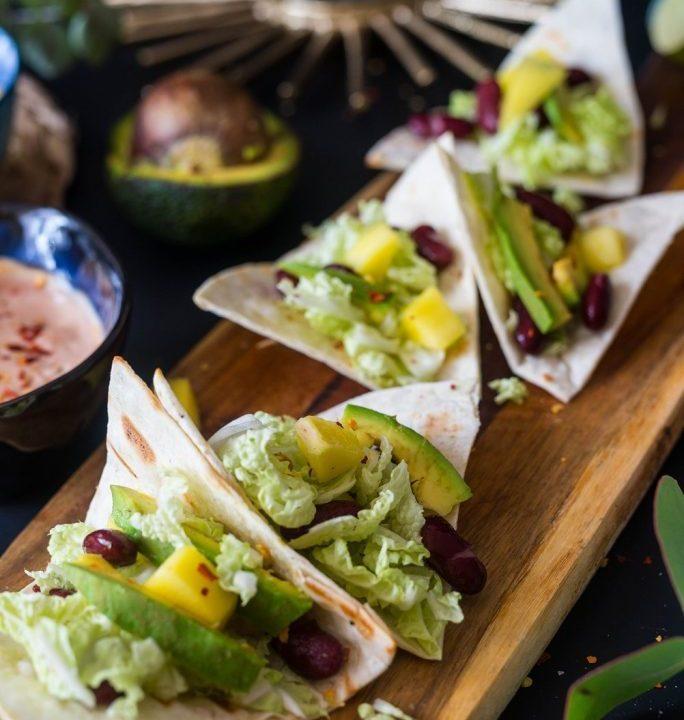 Tacos z pikantnym mango awokado i czerwoną fasolą Meksykański fast food na raz 5