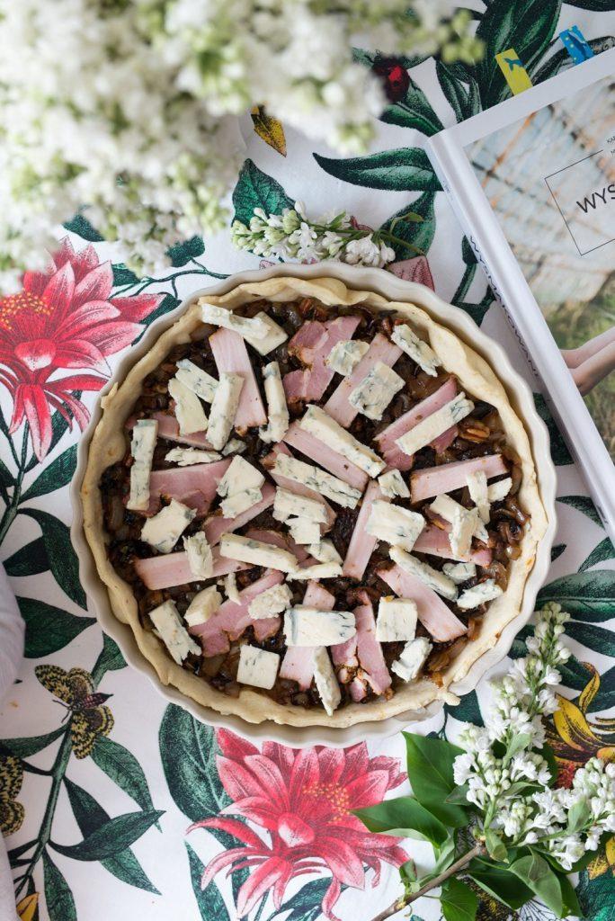 Tarta z karmelizowaną cebulą, boczkiem i serem pleśniowym