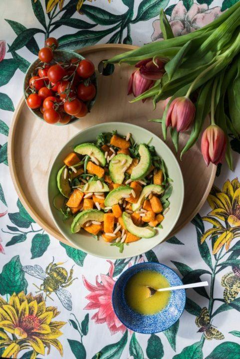 Zdrowa sałatka z pieczonych batatów awokado i rukoli 4