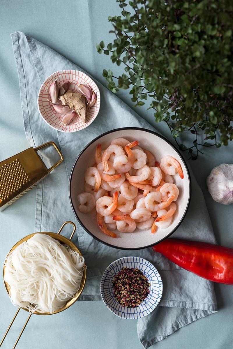 Makaron ryżowy z krewetkami, papryką i sezamem