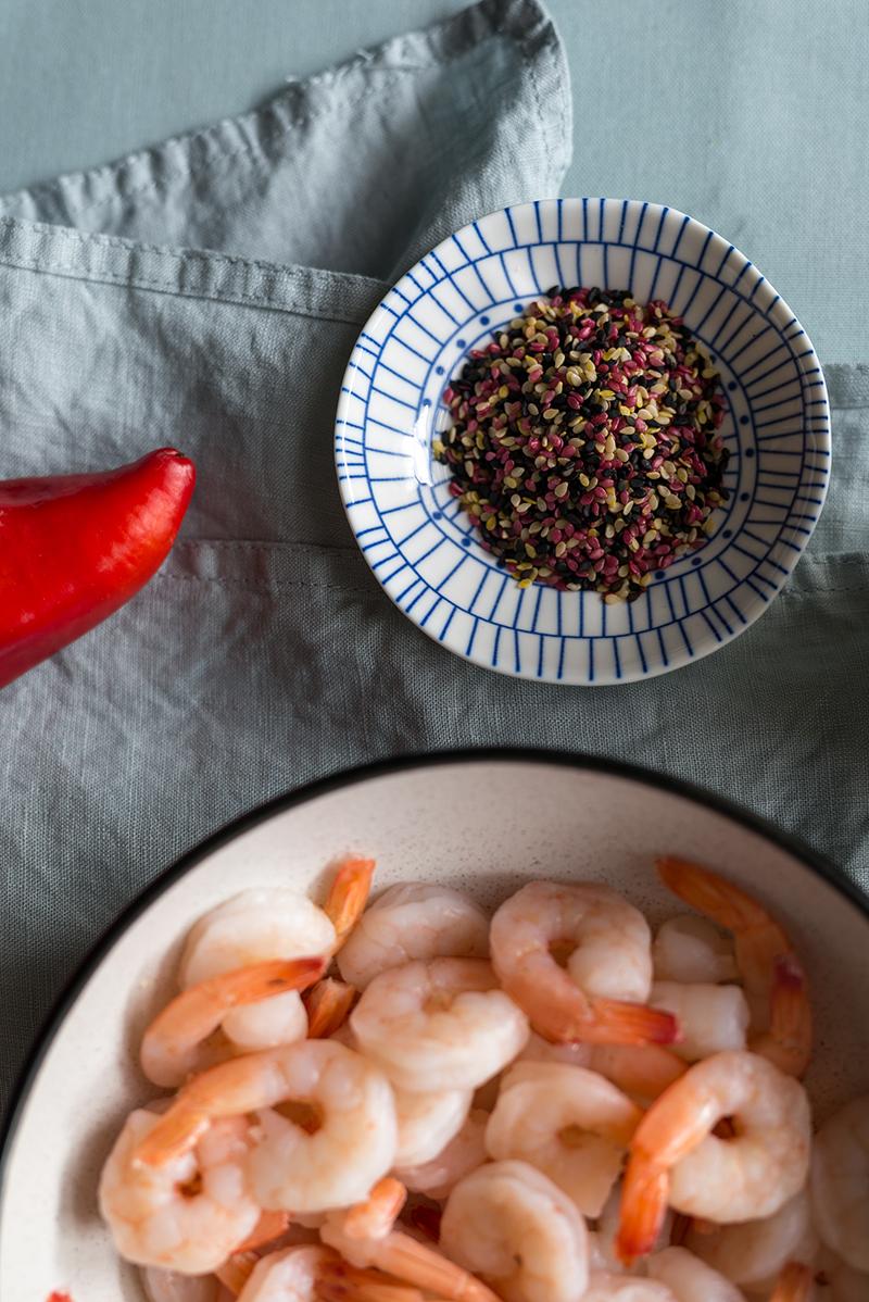 Makaron ryżowy smażony z krewetkami, papryką i sezamem
