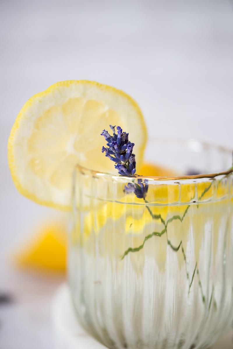 Najlepsze lemoniady na upał: rozmarynowa, lawendowa i z imbirem