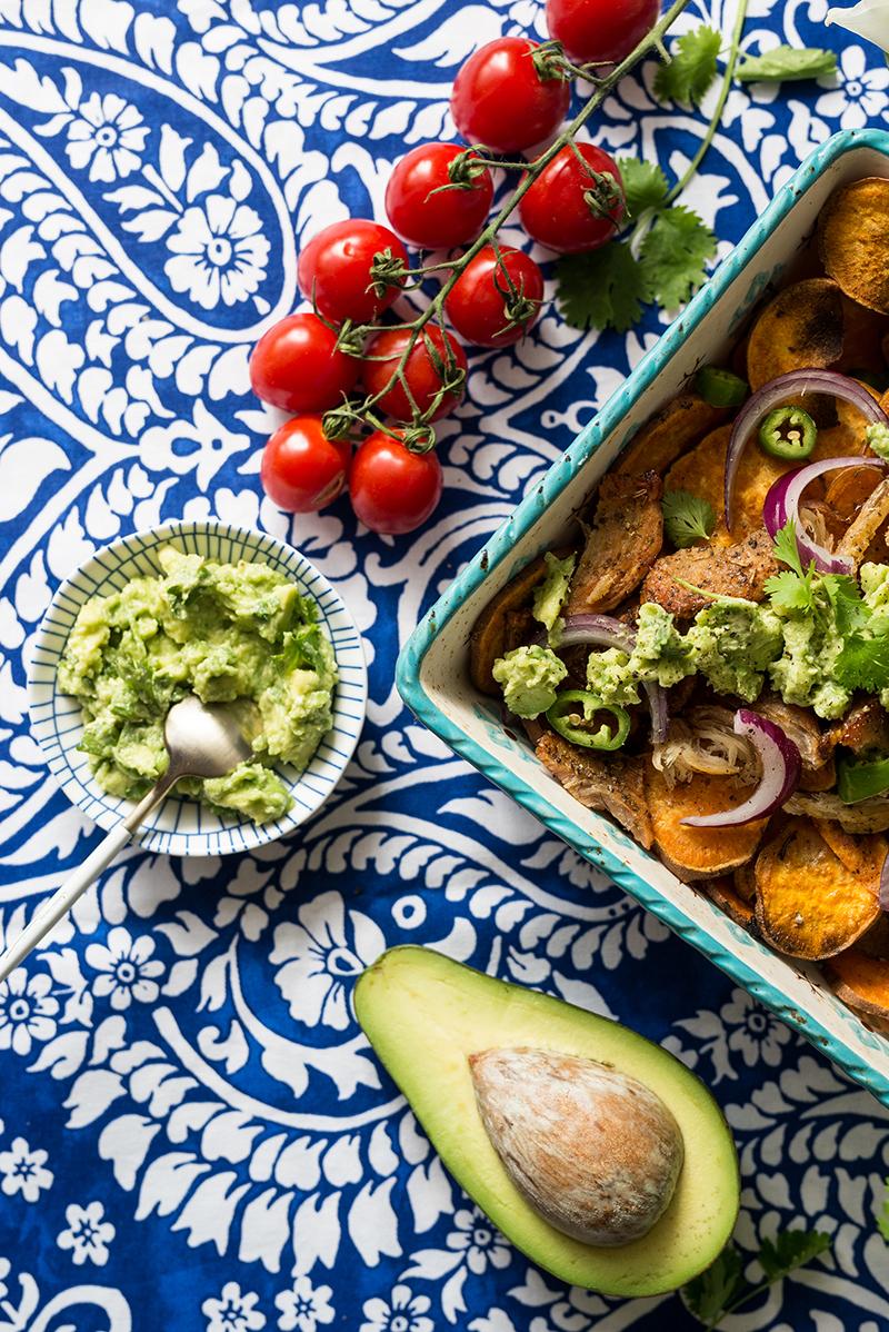 Nachosy z batatów z kurczakiem i guacamole