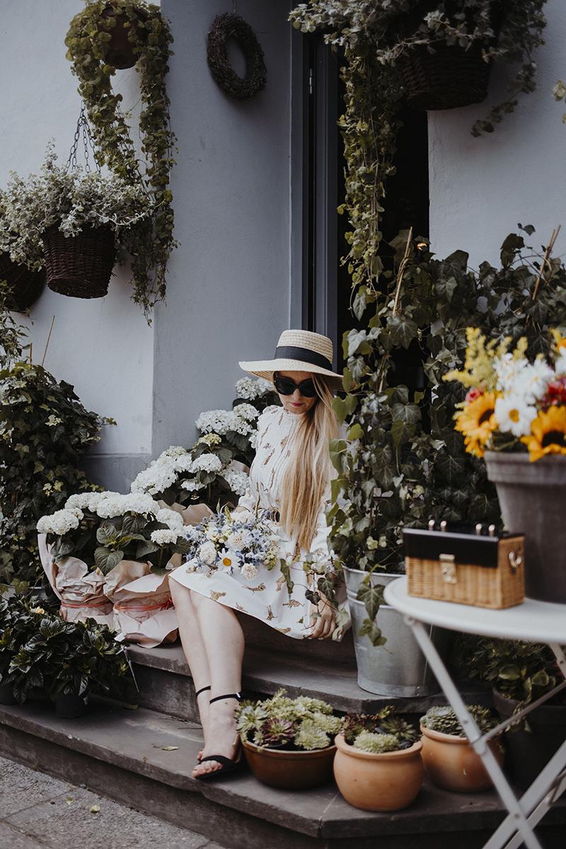 Letnia stylizacja ze słomkowym kapeluszem