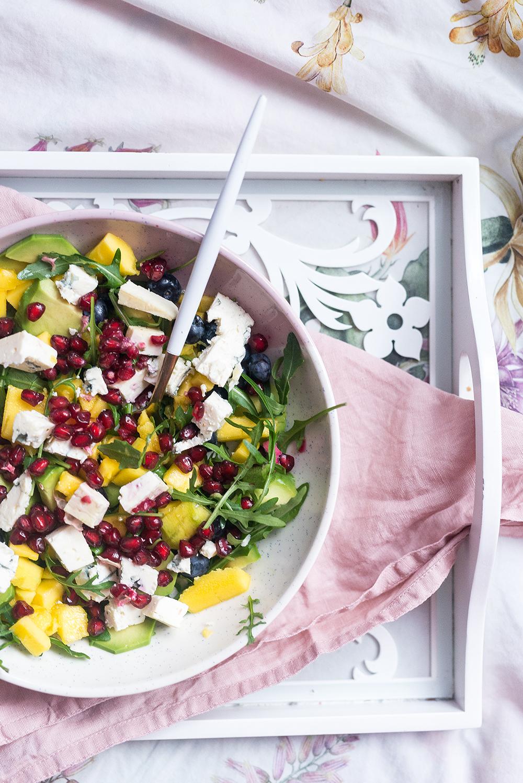Kolorowa sałatka z mango i orzechami oraz serem pleśniowym