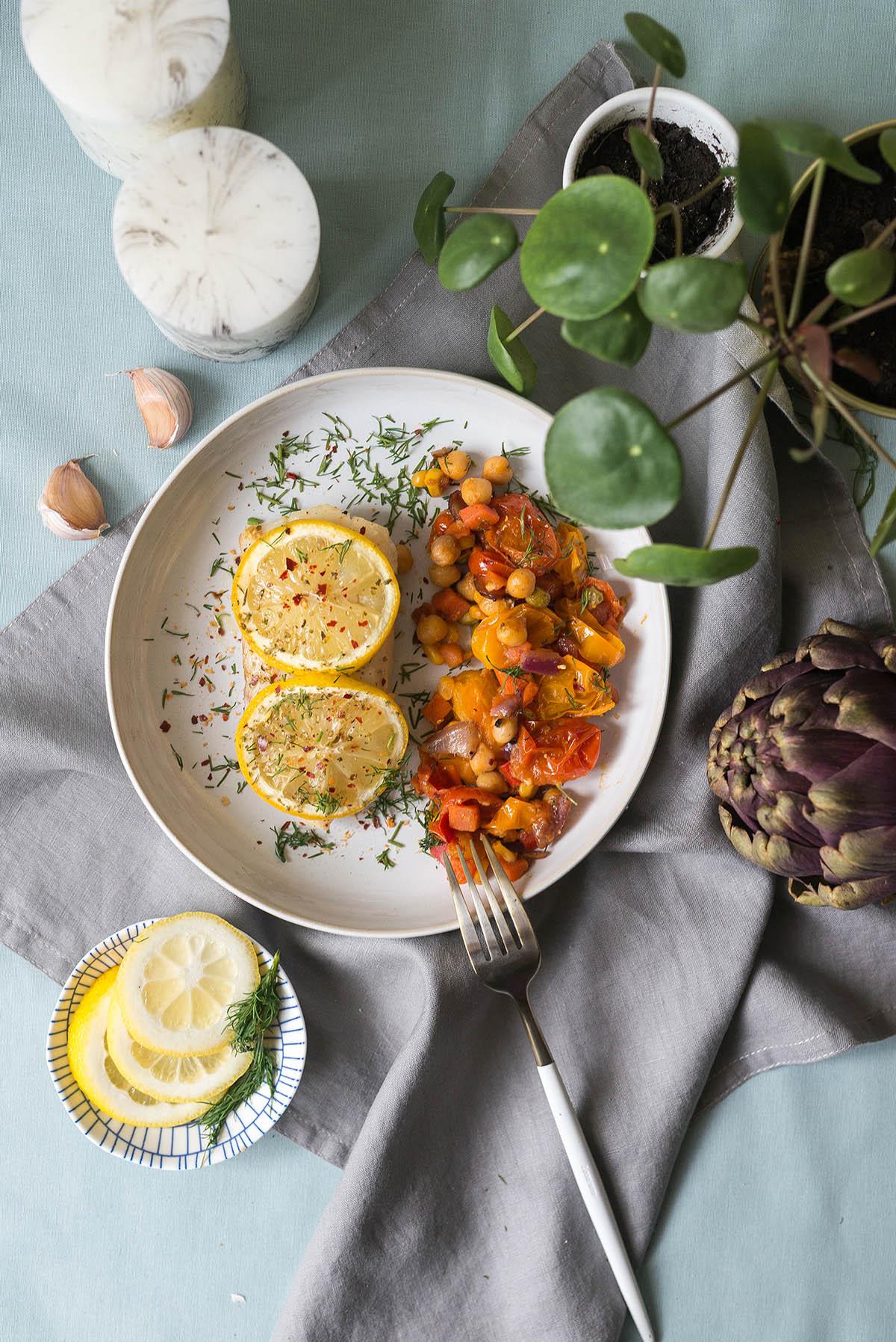 Pieczony dorsz z cytryną i sałatką z ciecierzycy i pomidorów