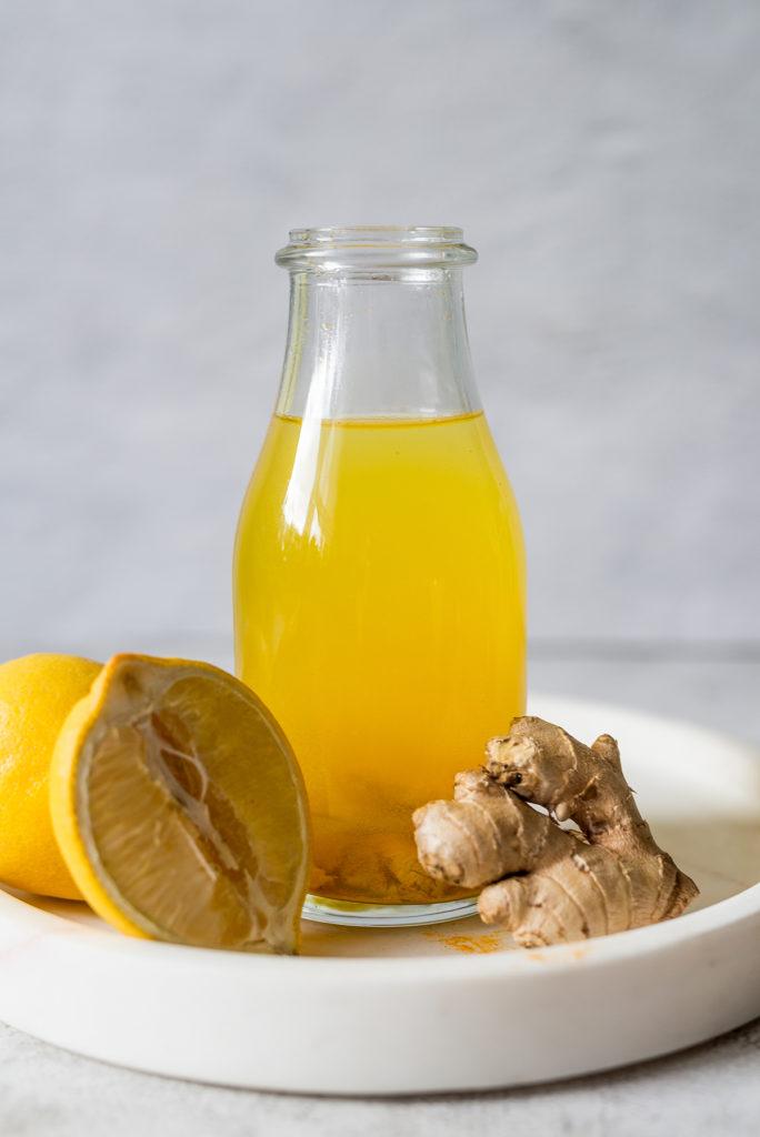 Przeciwzapalny napój z kurkumą i miodem. Przepis zaczerpnięty z profilu @zdrowalogika