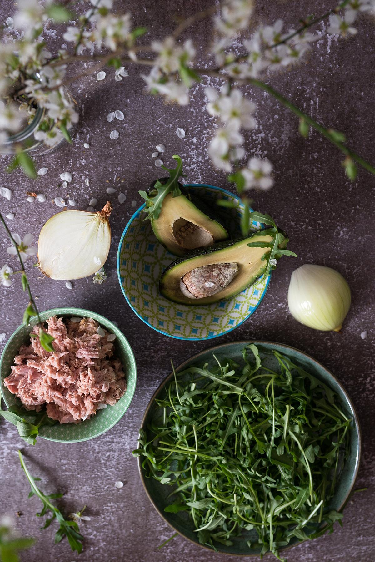 Sałatka z tuńczykiem, awokado i rukolą