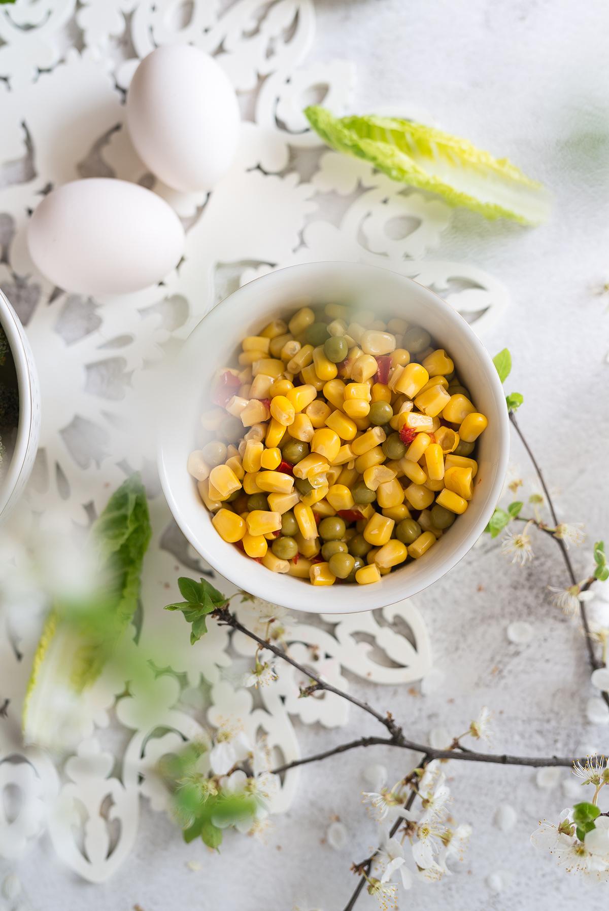 Sałatka z jajkiem, brokułem i kukurydzą z sosem cezar