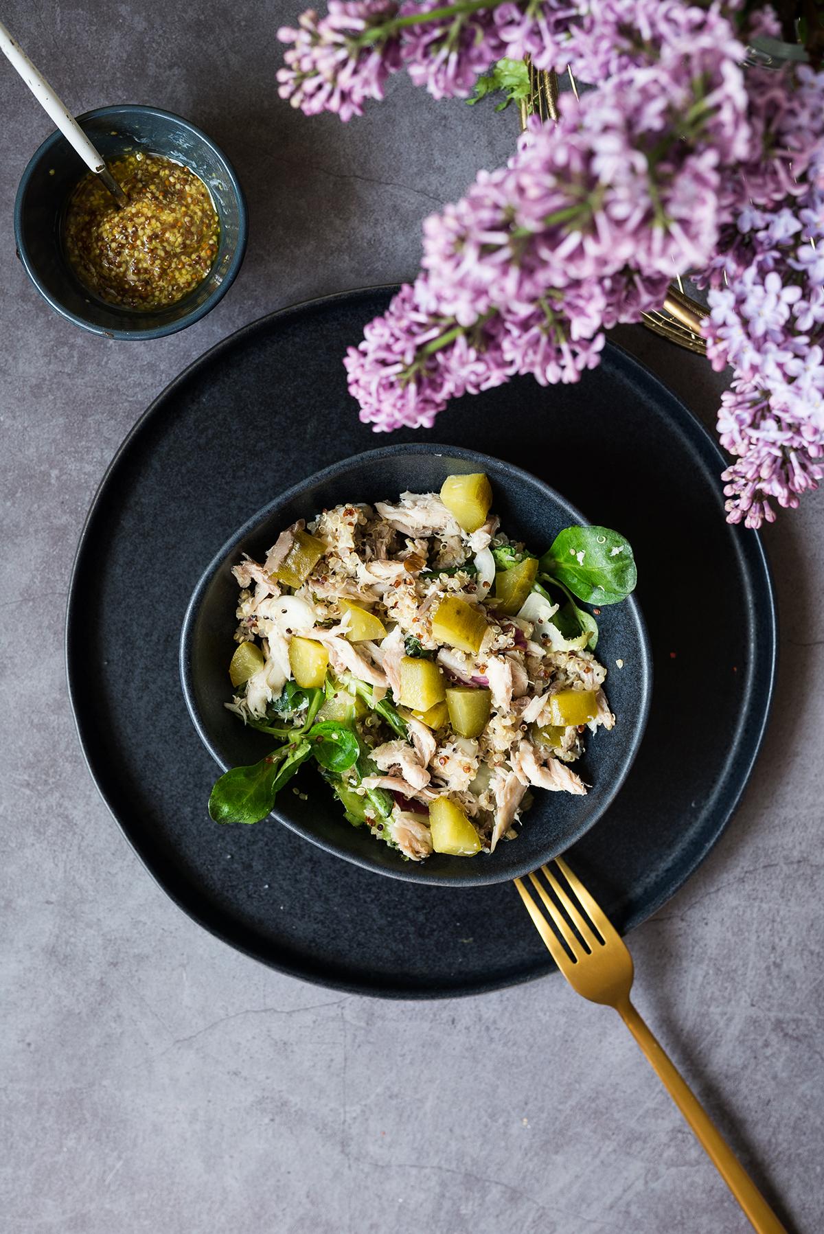 Sałatka z wędzoną makrelą, komosą ryżową i dressingiem z musztardą francuską