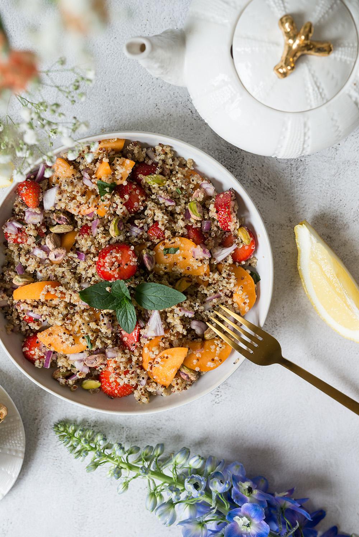 Orzeźwiająca sałatka z komosą ryżową, truskawką i nektarynką