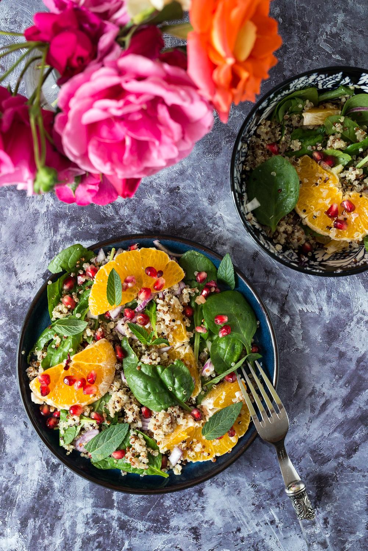 Wegańska sałatka z pomarańczą komosą ryżową i granatem