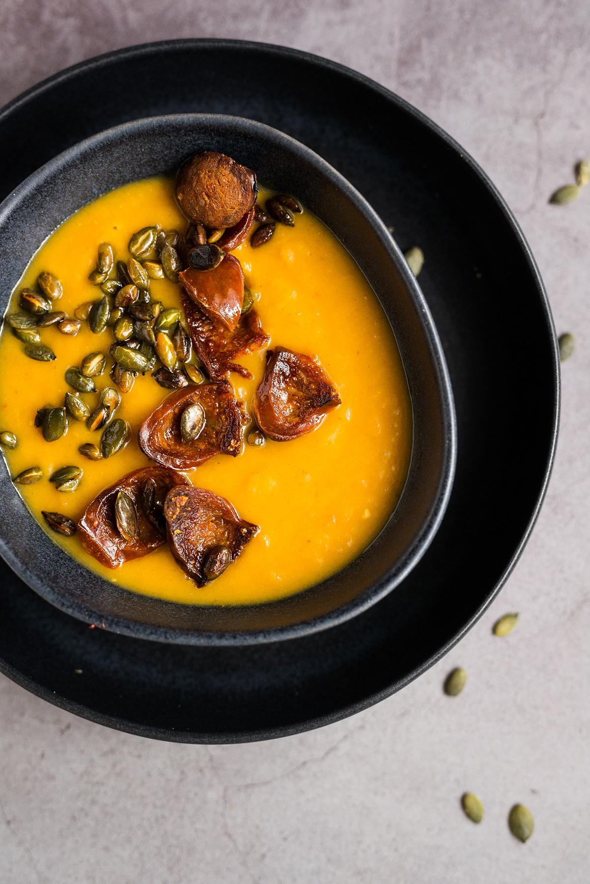 Zupa dyniowa z chipsami z chorizo i pestkami dyni