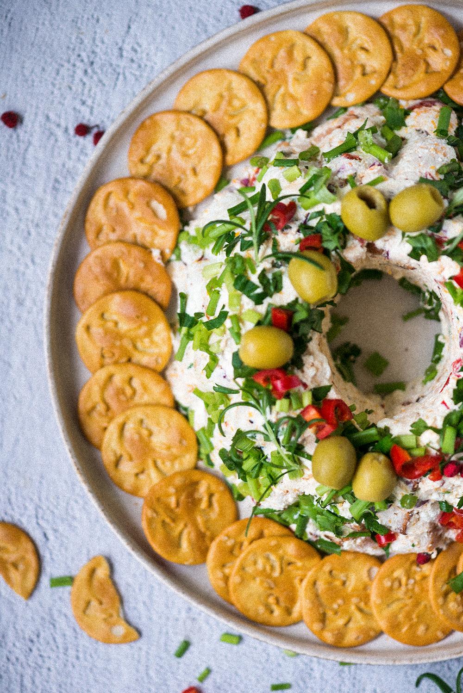 Świąteczne przekąski – serowa pasta z boczkiem i krakersami