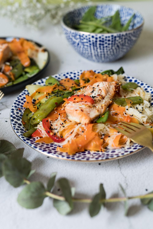 Dietetyczna misa z łososiem, makaronem ryżowym i warzywami