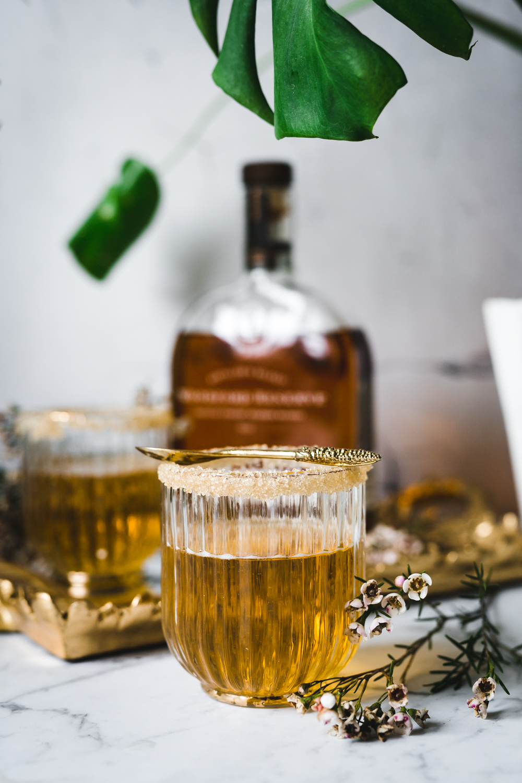 Złoty drink z nutką burbonu i cydru jabłkowego