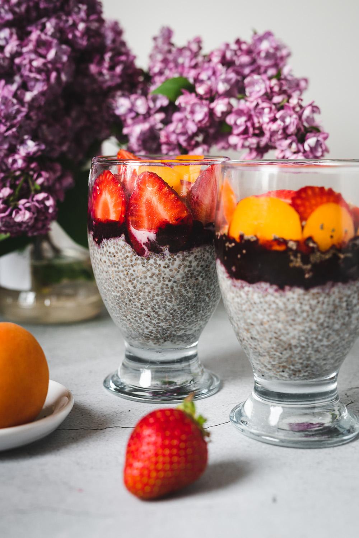 Pudding z nasionami chia, jagodami i truskawkami