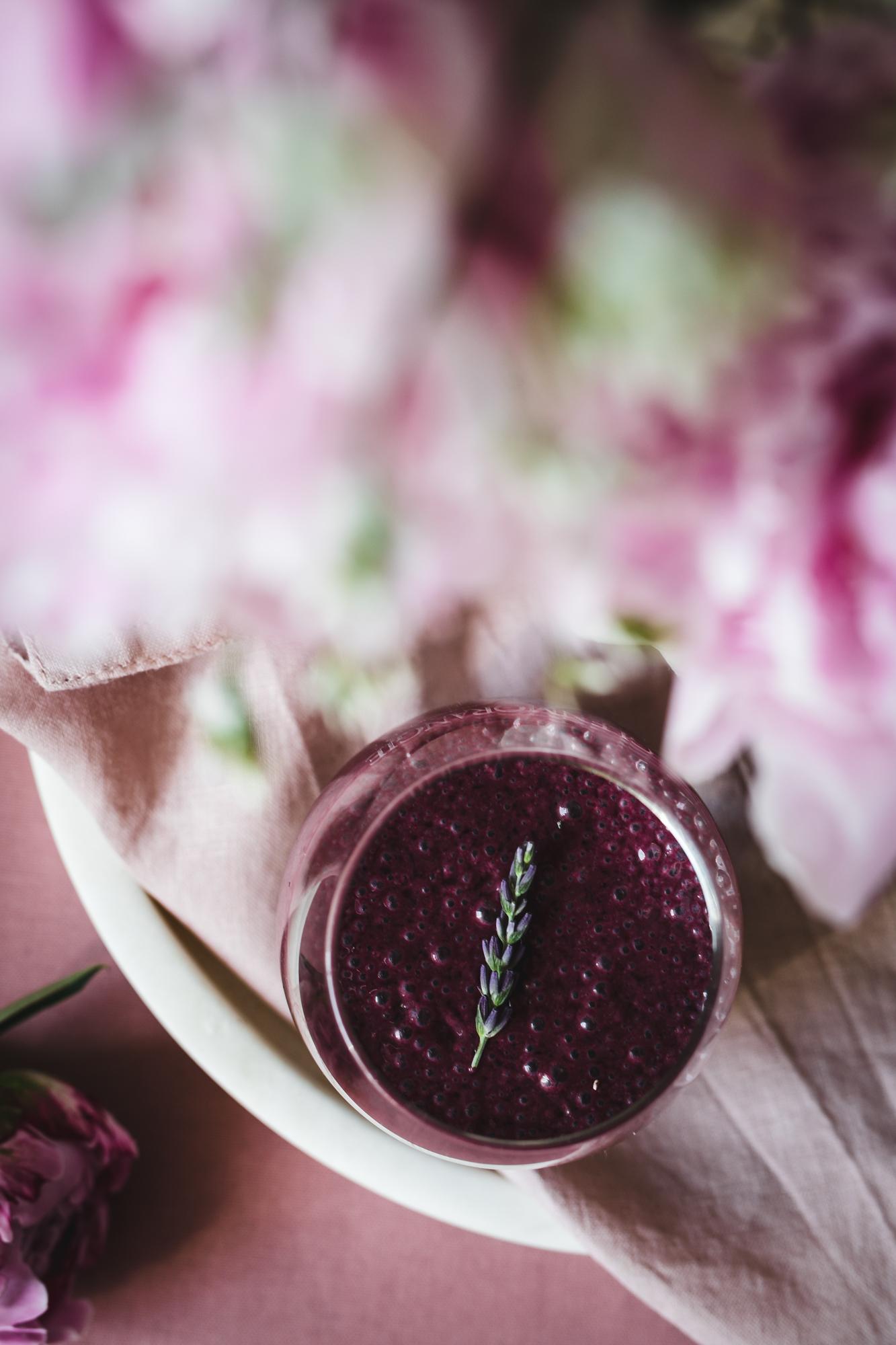 Jagodowy koktajl z nasionami chia i kardamonem