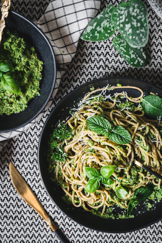 Szybki makaron z pesto z zielonych warzyw