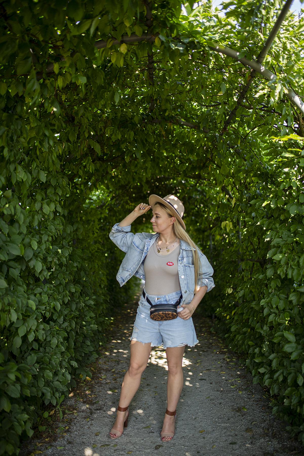 Jak nosić jeansowe spodenki latem?