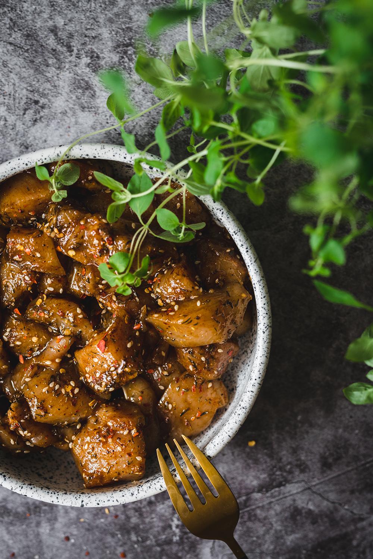 Chrupiące ziemniaki z szaszłykami z marynowanego kurczaka