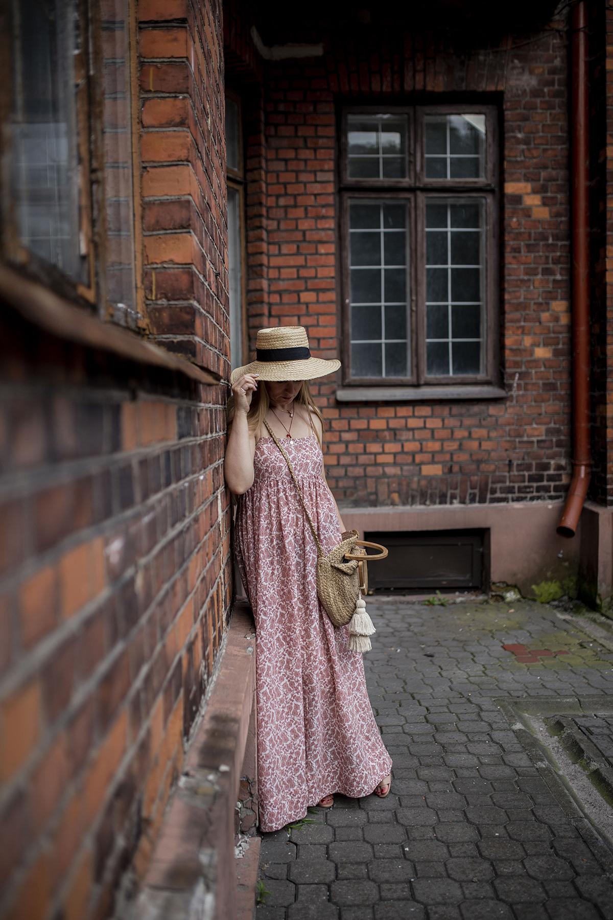 Długa sukienka z odkrytymi plecami - jak ją wystylizować?